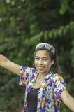 L'eau et farine asiatiques de jeu de femme pendant le festival de Songkran ou la nouvelle année thaïlandaise en Thaïlande photo libre de droits