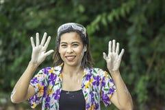L'eau et farine asiatiques de jeu de femme pendant le festival de Songkran ou la nouvelle ann?e tha?landaise en Tha?lande photographie stock