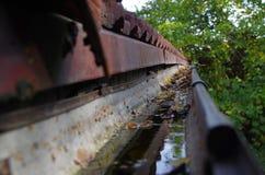 L'eau et feuilles dans la gouttière images libres de droits