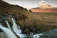 L'eau et horizontal volcan Photos stock