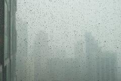 L'eau et la pluie se laisse tomber sur le verre avec des Bu abstraits de Kuala Lumpur Photos libres de droits
