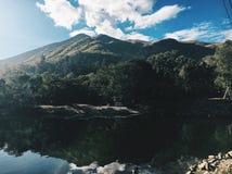 L'eau et montagnes images stock