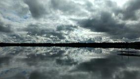 L'eau et nuages Image stock
