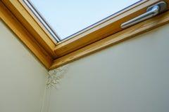 L'eau et plafond endommagé par humidité à côté de fenêtre de toit photo libre de droits