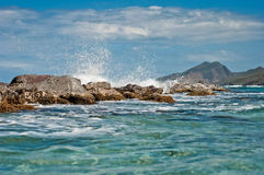 L'eau et roches claires Photo stock