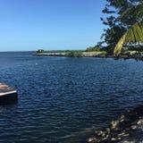 L'eau et un rivage Photographie stock libre de droits