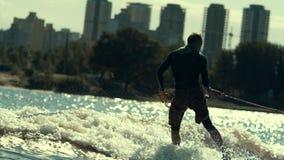 L'eau extrême d'équitation de sportif Sport d'embarquement de sillage Adrénaline d'été banque de vidéos