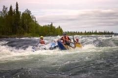 L'eau extrême transportant par radeau sur le fleuve Umba. La Russie. Photo libre de droits