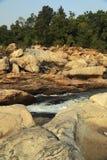 L'eau faisant la voie par des roches Photo libre de droits
