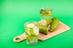 L'eau faite maison fraîche nutritive de detox des concombres organiques images libres de droits