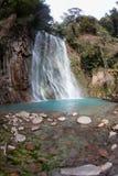 L'eau fonctionnant en bas d'une cascade à écriture ligne par ligne Photographie stock libre de droits