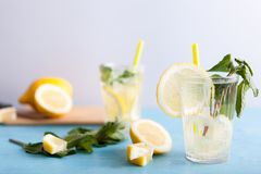 L'eau fraîche faite maison de detox avec des citrons photographie stock libre de droits