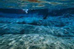 L'eau glaciaire clair comme de l'eau de roche bleue en parc national Islande de Silfra Thingvellir images libres de droits