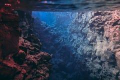 L'eau glaciaire clair comme de l'eau de roche bleue en parc national Islande de Silfra Thingvellir photos libres de droits