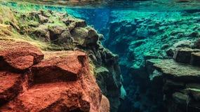 L'eau glaciaire clair comme de l'eau de roche bleue en parc national Islande de Silfra Thingvellir photo stock