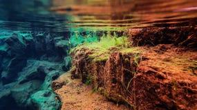 L'eau glaciaire clair comme de l'eau de roche bleue en parc national Islande de Silfra Thingvellir image stock