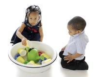 L'eau, gosses et jouets Images libres de droits