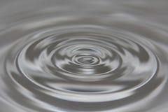 L'eau grisâtre ondulée Images stock