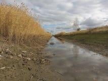 L'eau, industrie, agriculture, arrosant, automne, travail, irrigation, épuisement, ciel, nuages, la terre, herbe sèche, longue, h Image stock
