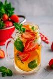 L'eau infusée de detox avec l'orange, la fraise et la menthe Cocktail ou limonade glacé d'été Photos libres de droits