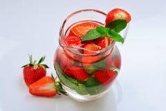 L'eau infusée fruitée fraîche d'été de la fraise et de la menthe photographie stock libre de droits