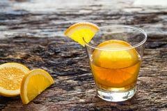 L'eau infusée, l'eau de régime de detox d'orange sur en bois Images stock