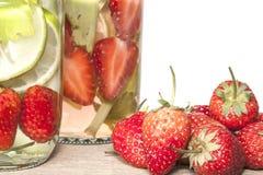 L'eau infusée par fraise Images libres de droits