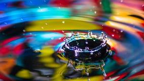 L'eau laisse tomber des couleurs Image stock