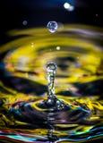 L'eau laisse tomber le jaune Image libre de droits