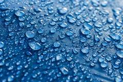 L'eau laisse tomber le modèle au-dessus d'un tissu imperméable photos libres de droits