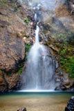 L'eau lisse de cascade de Jokkradin entre la montagne rocheuse, Tha?lande image stock