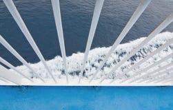 L'eau méditerranéenne mousseuse de balustrade blanche de plan rapproché Photographie stock libre de droits