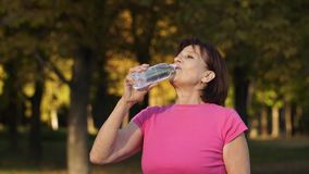 L'eau mûre de boissons de femme clips vidéos