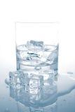 L'eau minérale avec des glaçons Images libres de droits