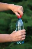 L'eau minérale dans une bouteille Image libre de droits