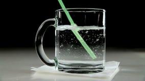 L'eau minérale dans une tasse en verre clips vidéos