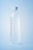 l'eau minérale de bouteille Photos stock