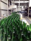 L'eau minérale de mise en bouteilles photo libre de droits