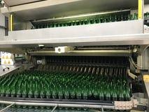 L'eau minérale de mise en bouteilles images libres de droits