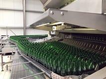 L'eau minérale de mise en bouteilles photos stock