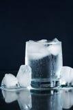 L'eau minérale avec de la glace Photo libre de droits