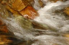 L'eau montant en cascade au-dessus des roches Photographie stock libre de droits
