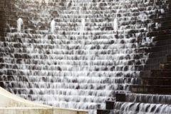 L'eau montant en cascade en bas des opérations - plumeuses photographie stock