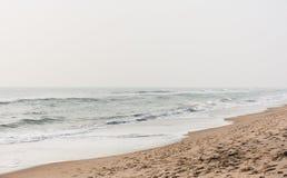 L'eau mousseuse sur la plage calme 003 photo libre de droits