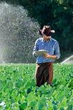 L'eau numérique de système d'arrosage de chapeau de technologie de plantation de tablette de contrôle de travailleur du soleil d' photo stock