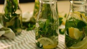 L'eau organique de boissons de limonade en bon état verser la bouteille banque de vidéos