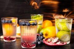 L'eau organique de detox faite à partir des baies naturelles fraîches, fruits et légumes images stock
