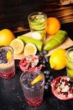 L'eau organique de detox faite à partir des baies naturelles fraîches, fruits et légumes photos libres de droits