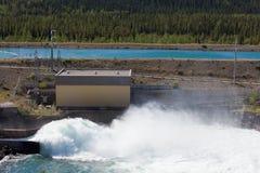 L'eau ouverte de déversoir de porte de barrage hydraulique de centrale Images libres de droits