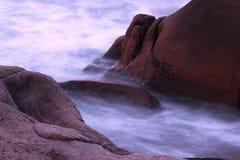 L'eau par des roches Photos stock